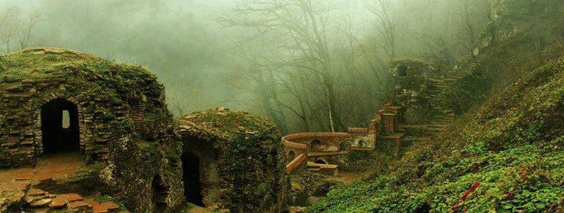 قلعه رودخان در مه و منظره جنگل