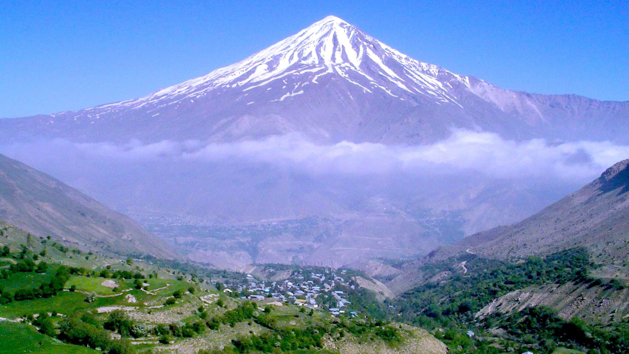 روستای نوا و نمایی از قله دماوند