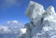 قله با شکوه الوند در زمستان
