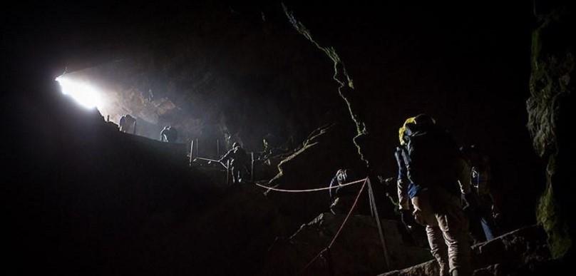 غار بورنیک ، شعاع نور در ورودی غار